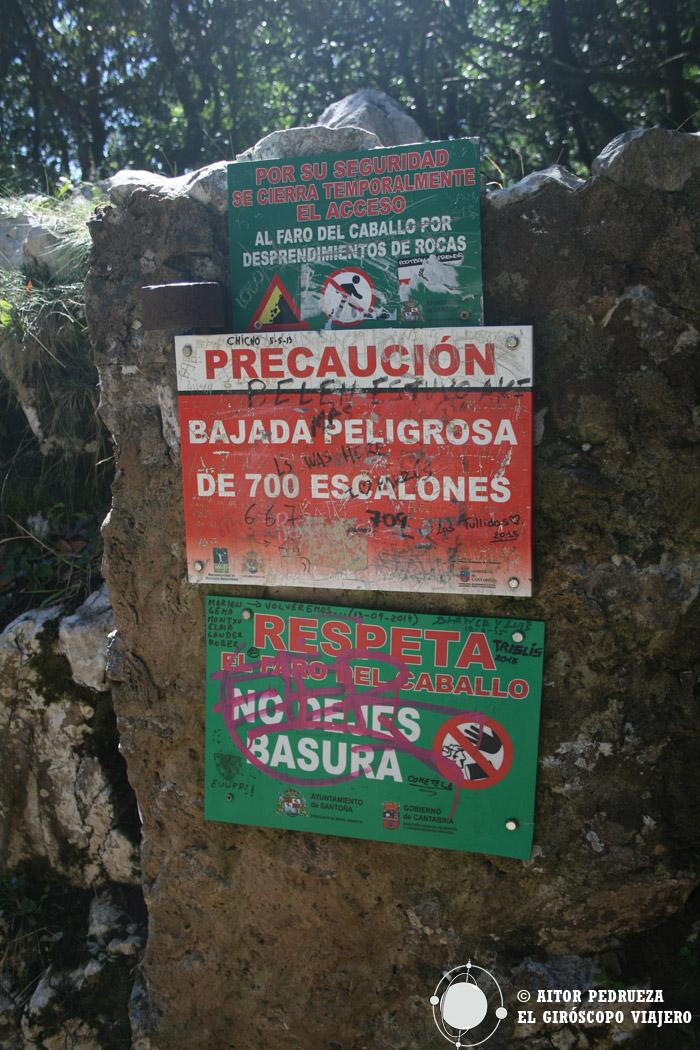 Cartel que anuncia el descenso de escaleras al faro del Caballo