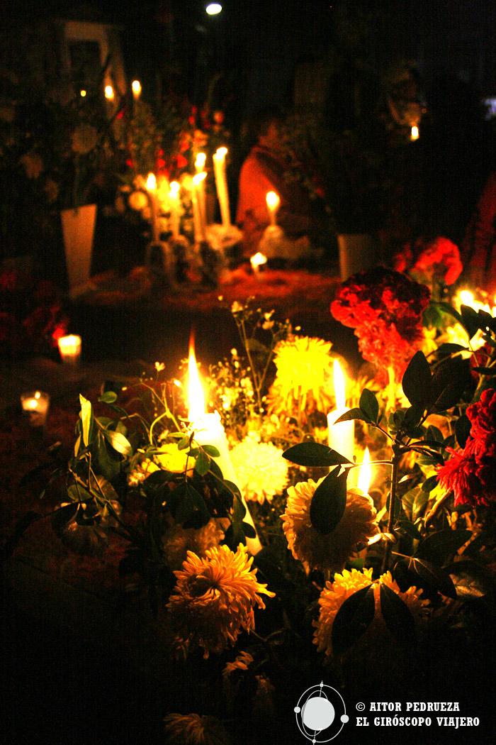 Flores y fuerte olor a incienso en el cementerio