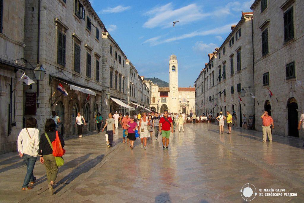 Calle de la Placa, arteria principal que lleva al puerto viejo