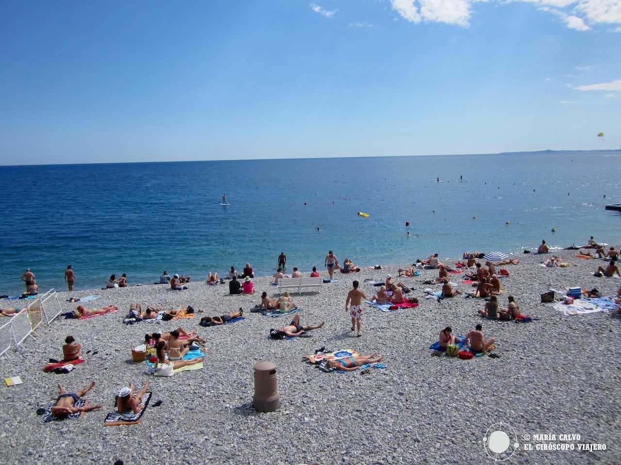 La incómoda playa de piedras de Niza