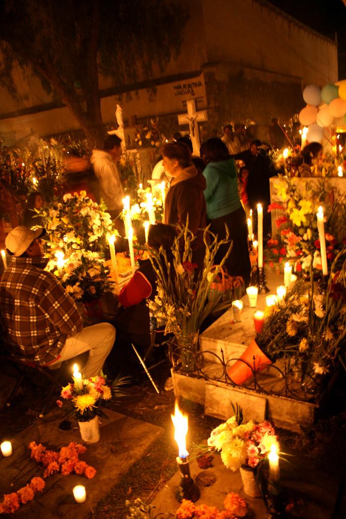 Los familiares acompañando a sus seres queridos en el Día de Muertos