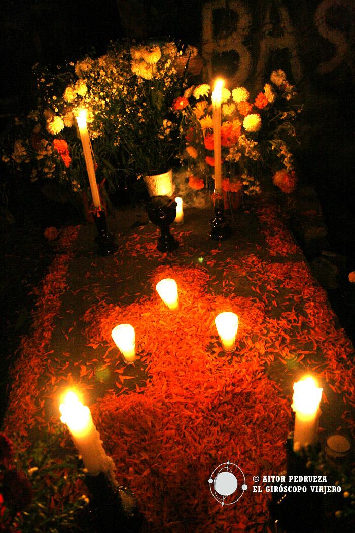 Las tumbas del cementerio ornamentadas para el Día de Muertos