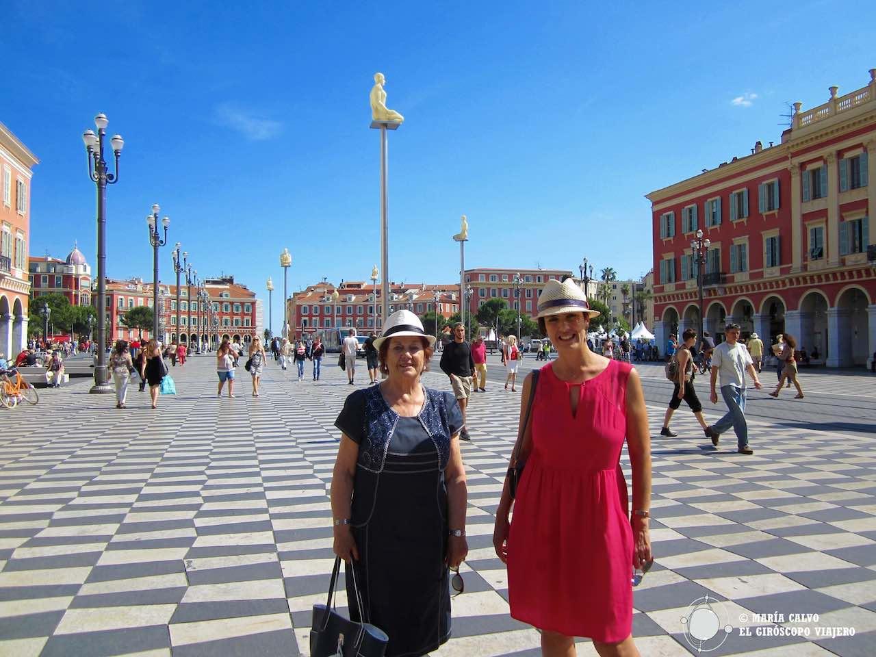 Dos viajeras en la Plaza Masséna
