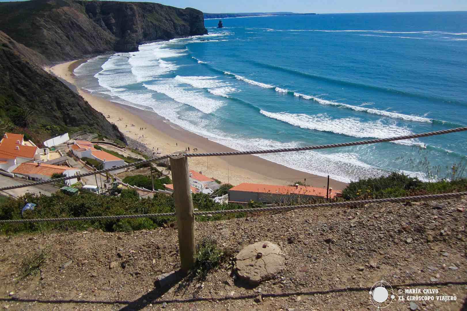 Playa de Arrifana, una de las más codiciadas por los surfistas, en la costa vicentina