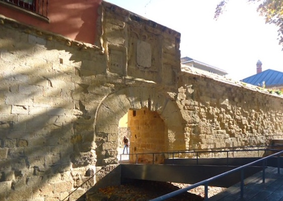 Calle Portales y puerta del Revellín. ©Itxaso Pedrueza.