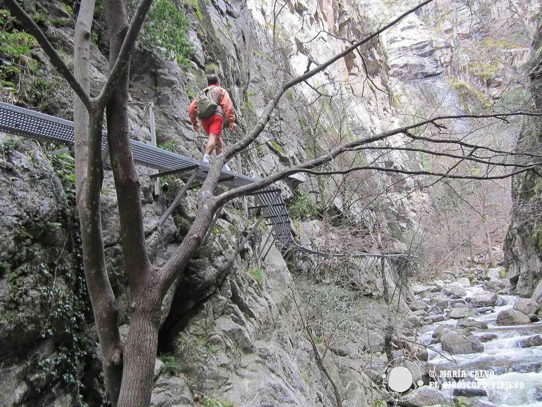 Ancladas en la roca, las pasarelas