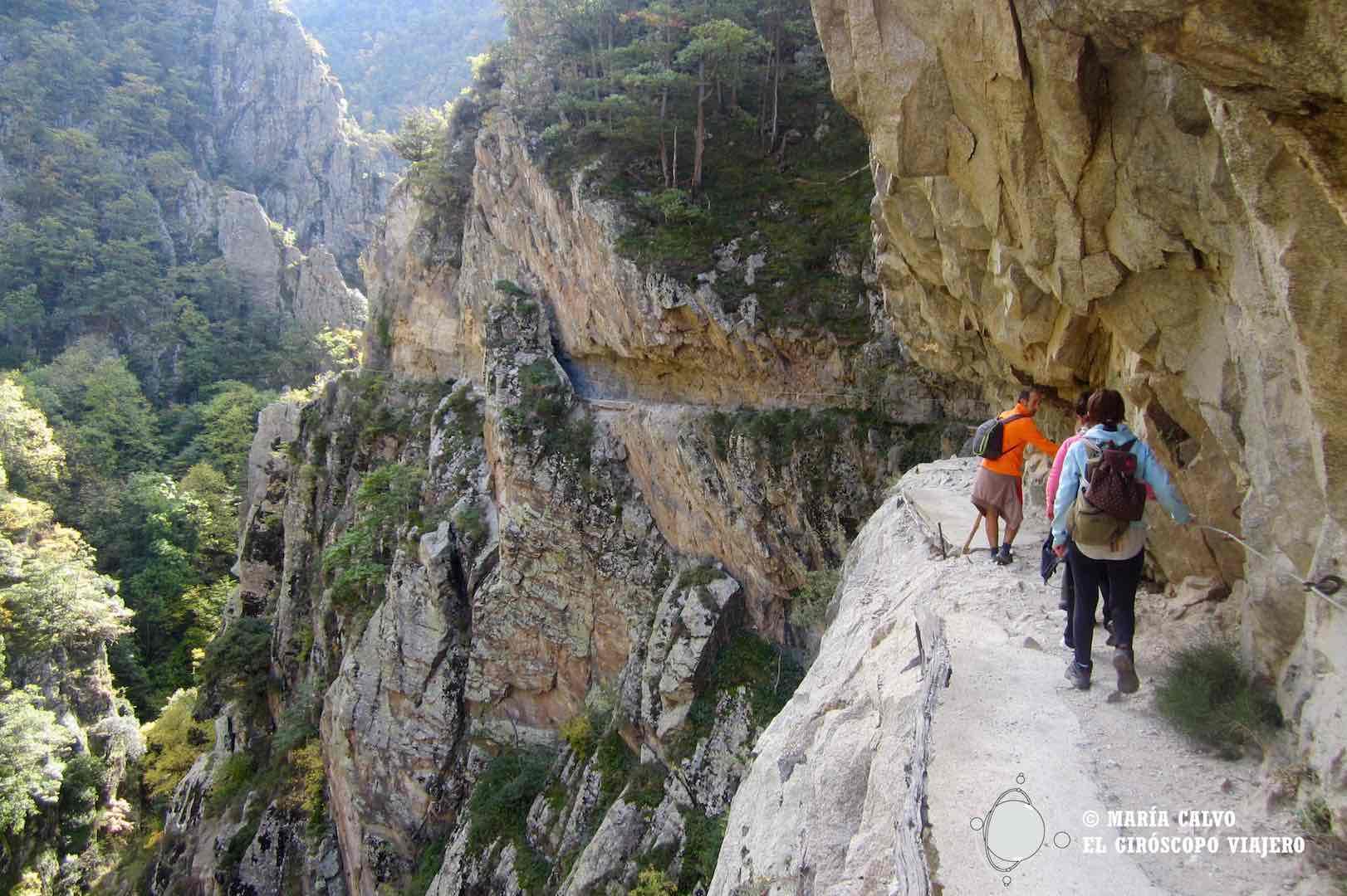 La belleza del sendero excavado en la roca