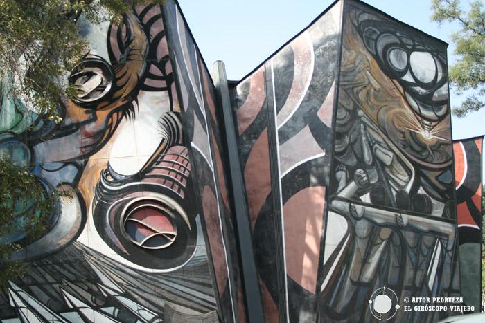 Los bellos murales del exterior del Polyforum Siqueiros