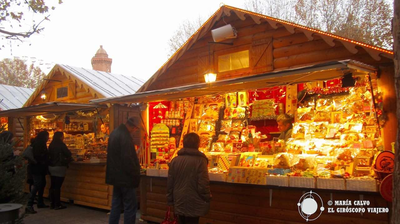 La luz calurosa de los chalets del Mercado de Navidad de Perpiñán