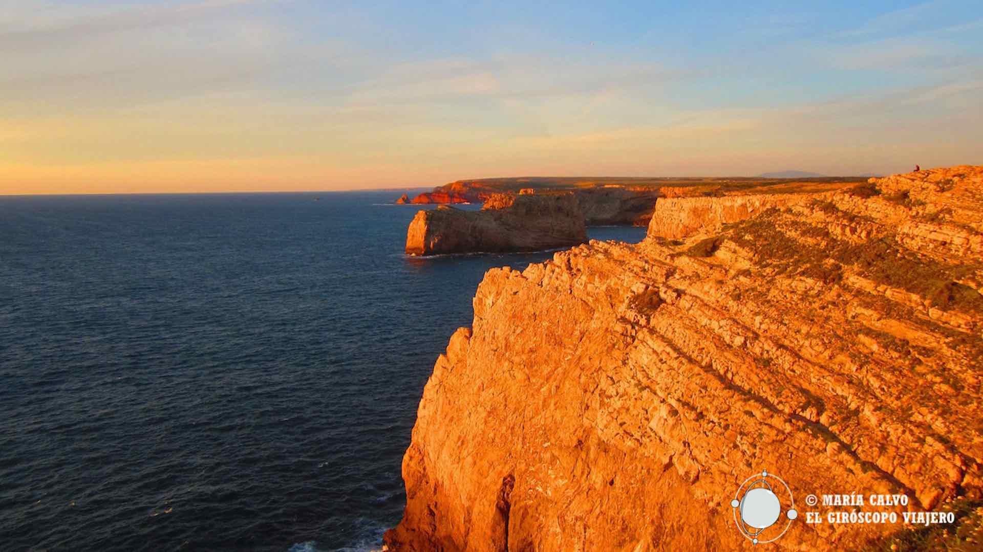 El sol del atardecer reflejado en los acantilados