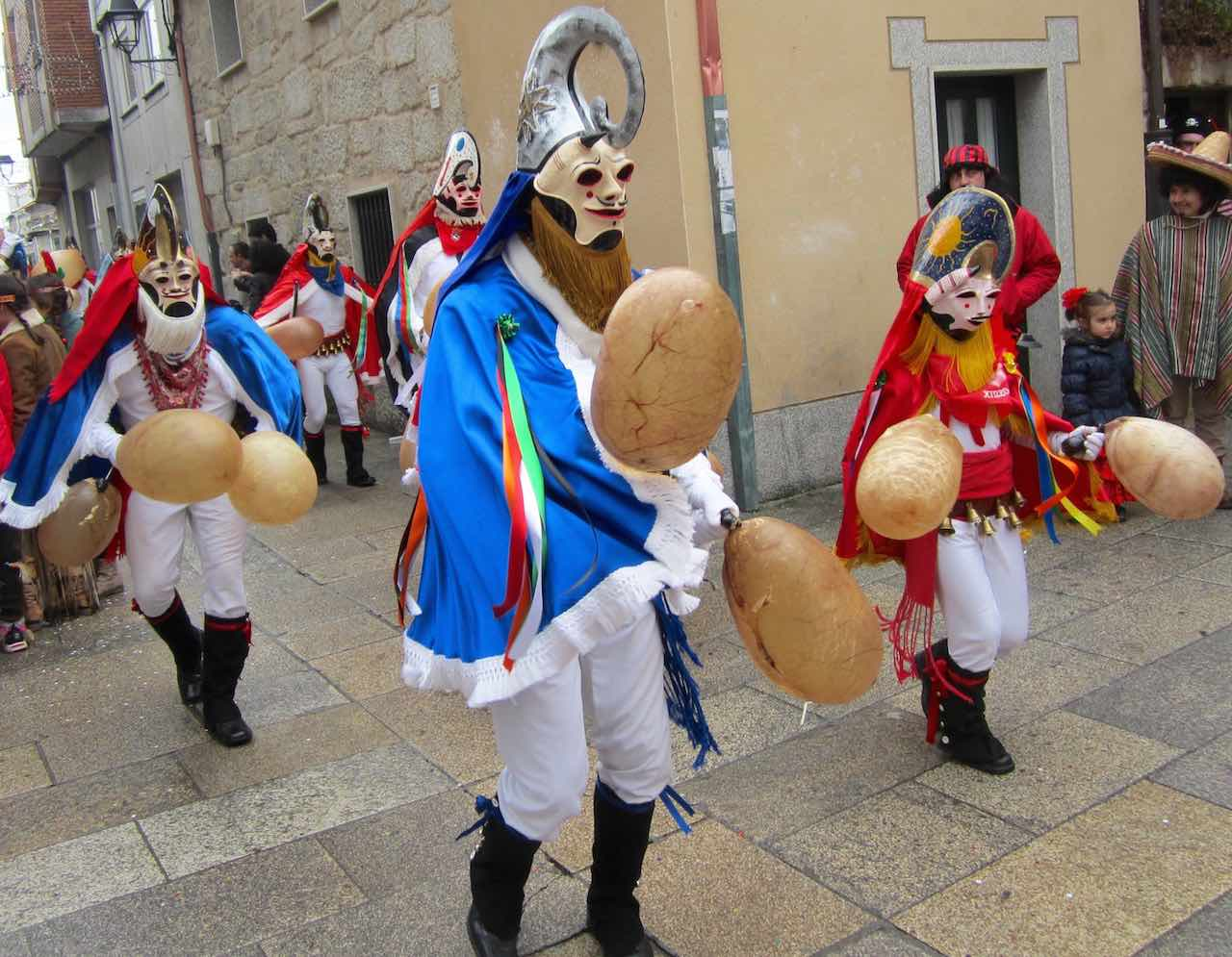 Corriendo el Entroido al ritmo de las pantallas en el Carnaval de Xinzo de Limia, Galicia