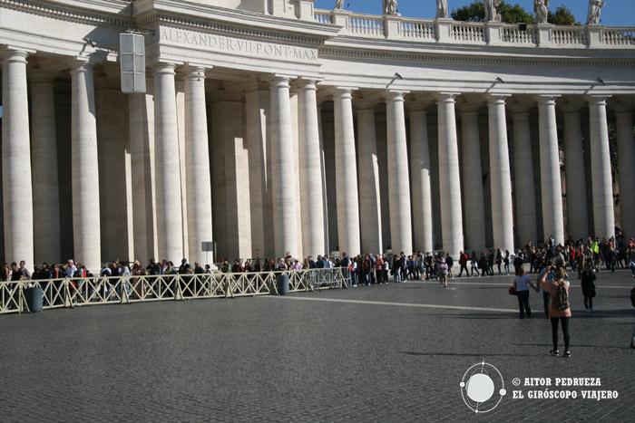 Cola que se forma para la entrada a la basílica de San Pedro en el Vaticano