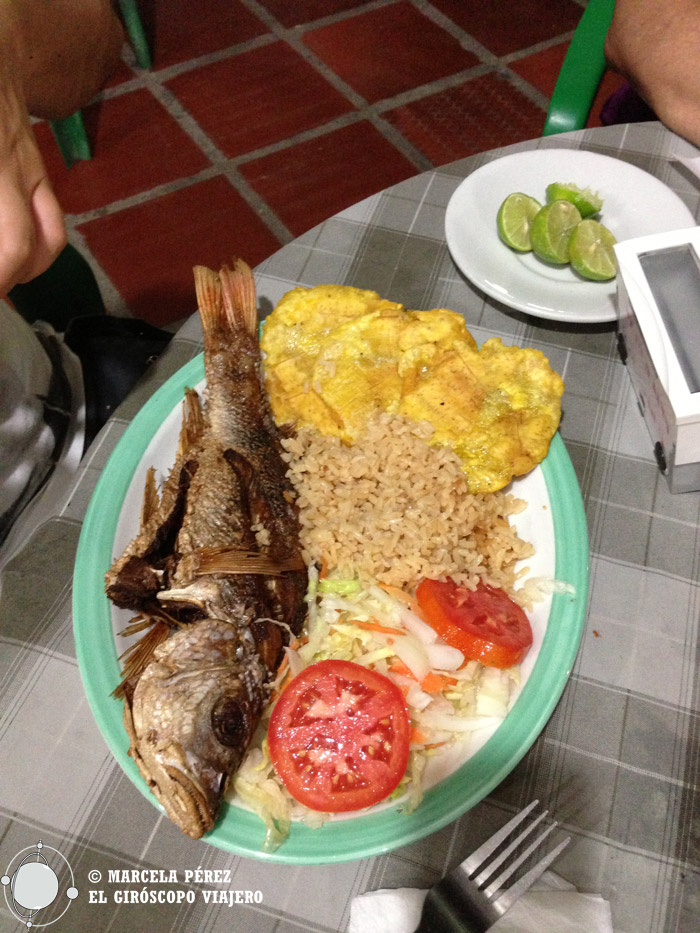 Hora de comer. Pescado frito con arroz y coco