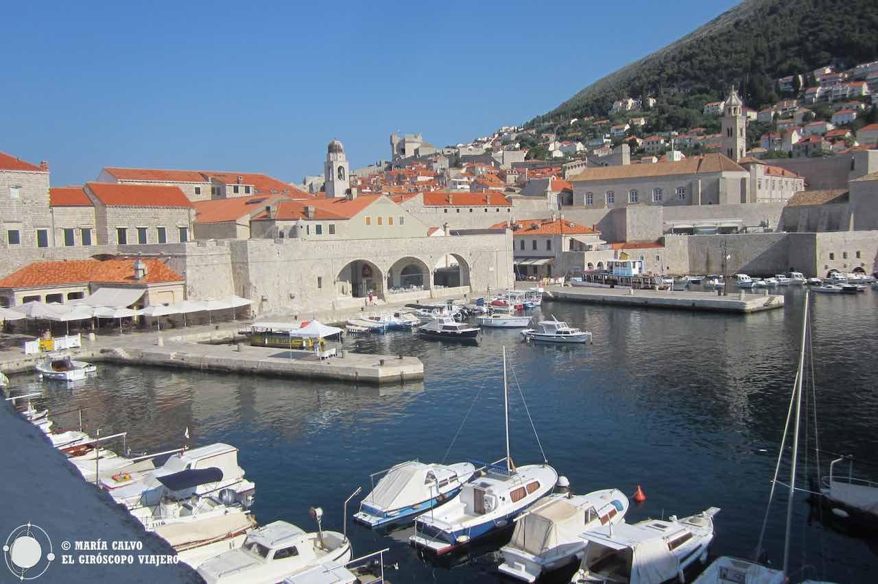 Del puerto de Dubrovnik parten barcos hacia las islas