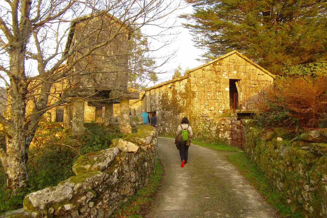 Los hórreos y viviendas de la aldea de Antas