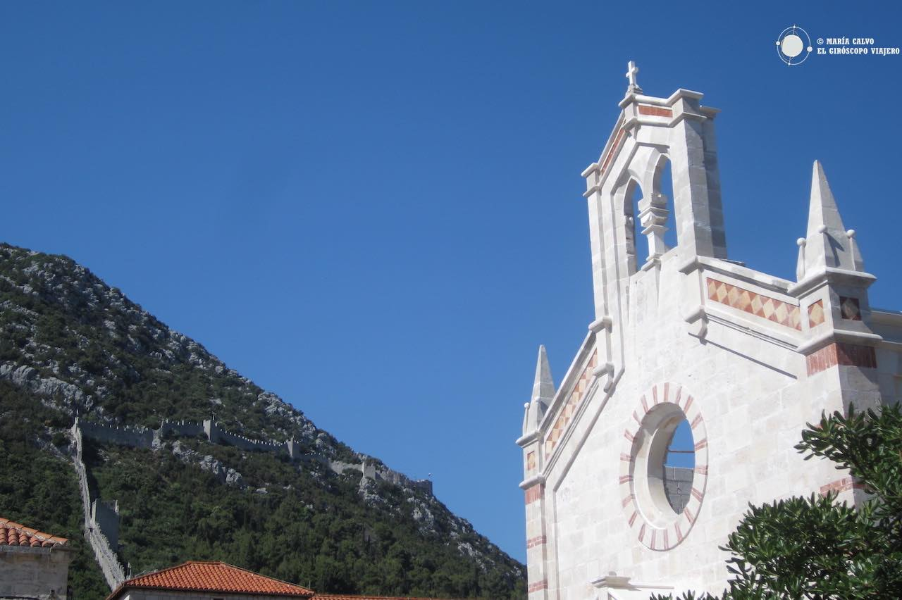 La fachada blanca de la iglesia de San Nicolás, luminosa en este día azul
