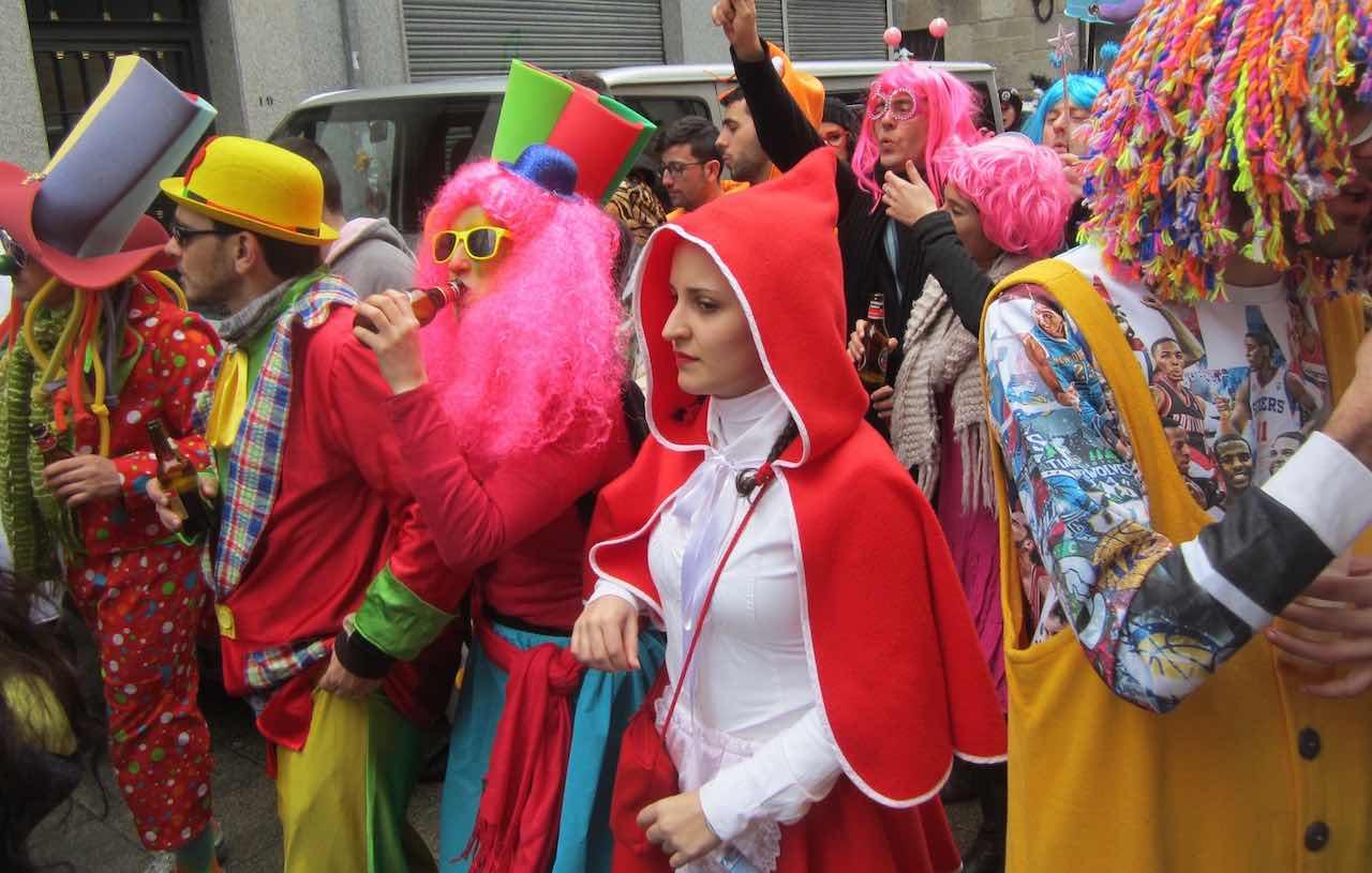 Todo el mundo disfrazado en el carnaval de Xinzo de Limia. ©María Calvo.