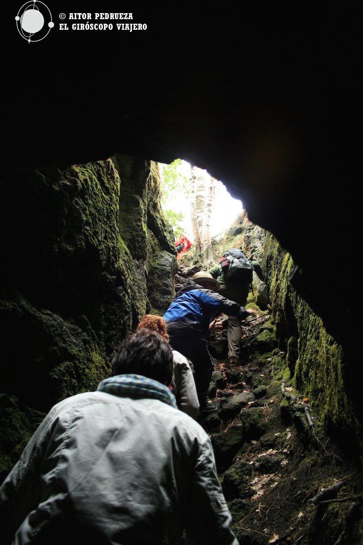 Subiendo por la Cueva de las frambuesas