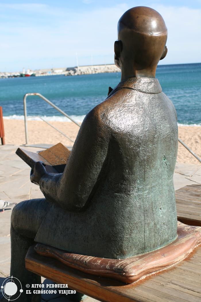 La estatua de Karl Faus en el paseo marítimo de Blanes