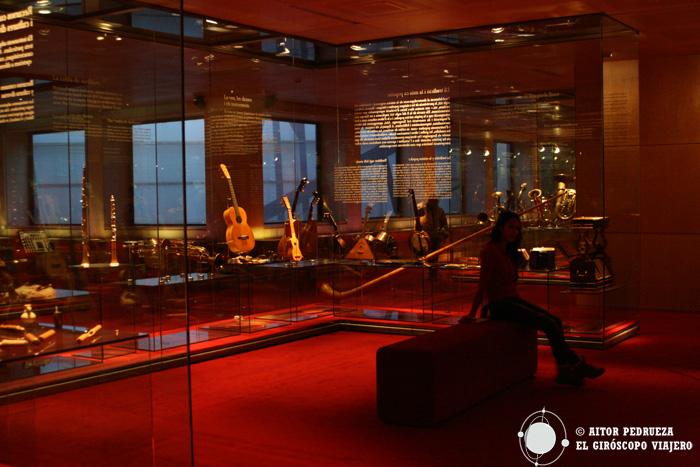 Escuchando las guitarras en el Museo de la Música