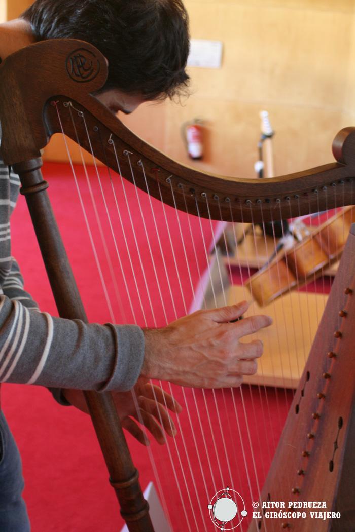 Tocando el arpa en la Sala Interactiva del Museo de la Música