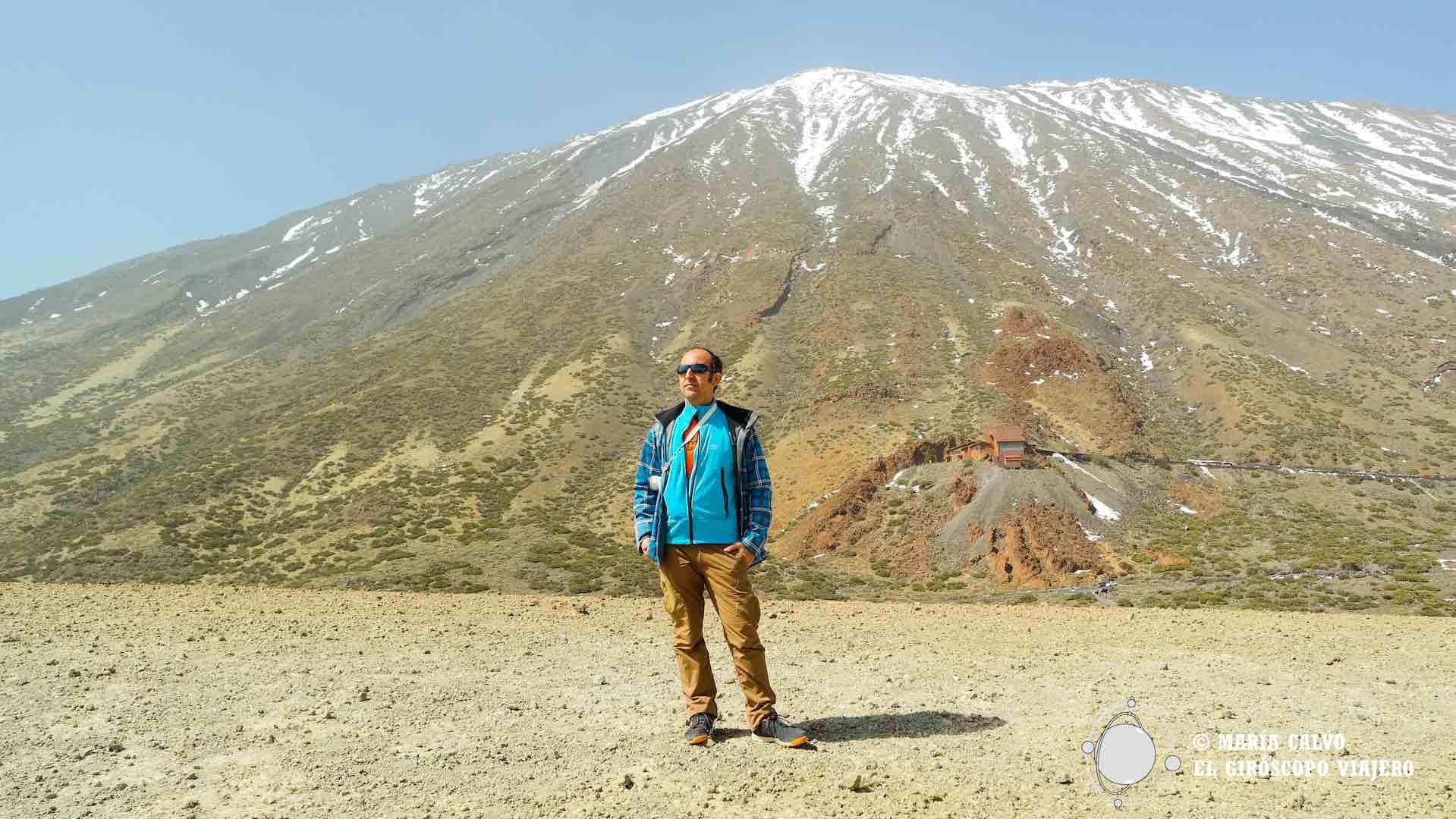 Desde la colina de piedra pómez, con el Teide imponente al fondo