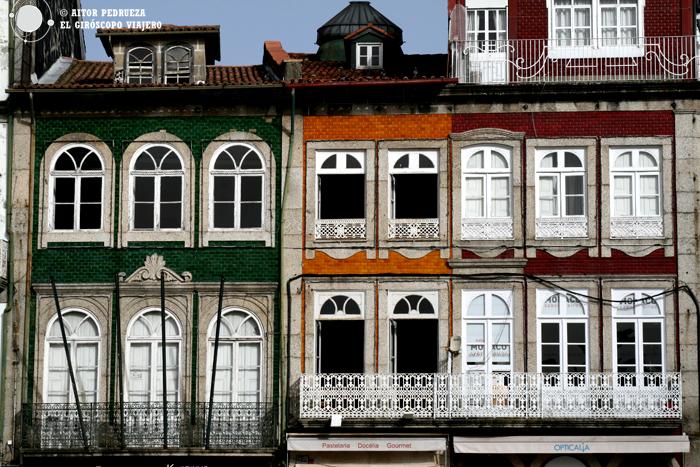 Alegres fachadas en el jardín público de la Alameda