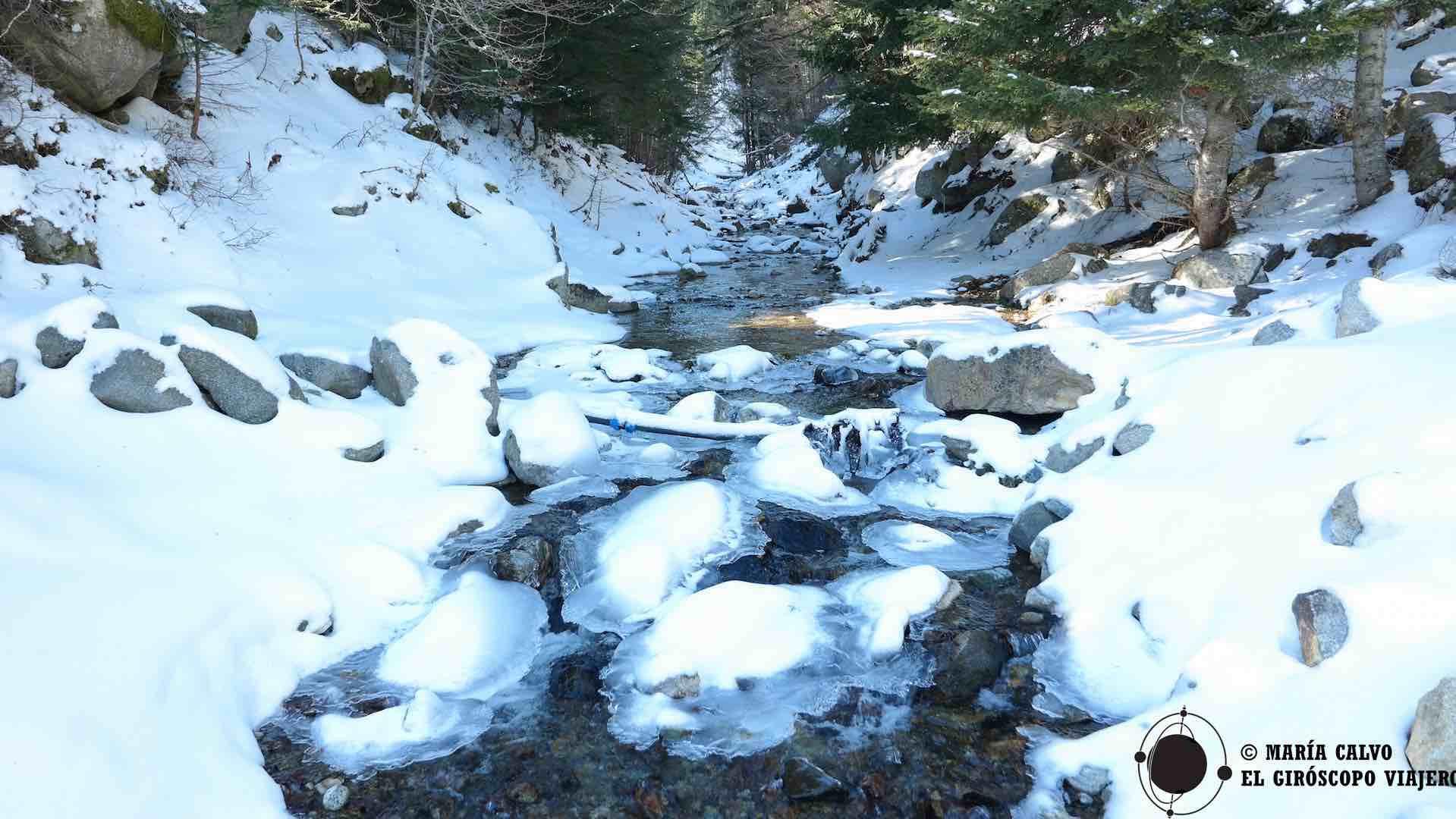 En el riachuelo Castellane, las rocas son como islas cubiertas de nieve