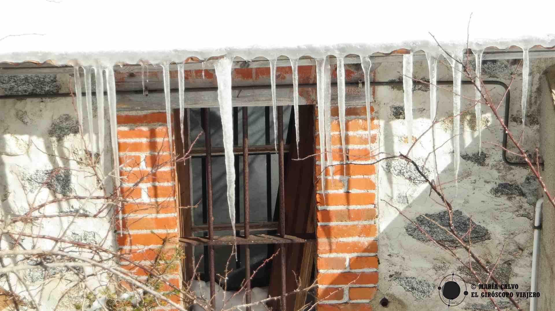 Carámbanos cuelgan de las casas de Refugio Callau