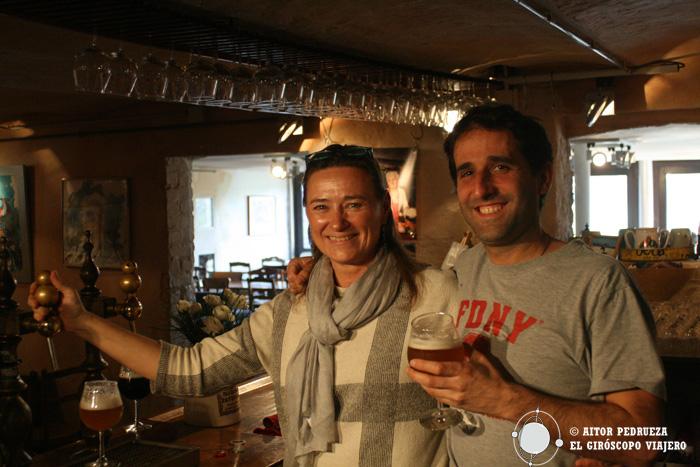 Foto con Elsa mientras probábamos las diferentes cervezas artesanas de Dolle Brouwers