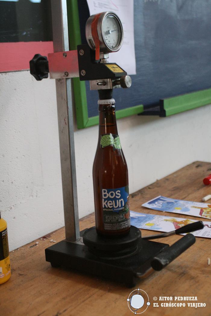 Máquina que mide la presión de la cerveza para saber el momento en el que es apta para consumir