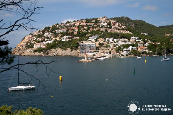 Puerto Andratx con su puerto deportivo y sus casas sobre la colina