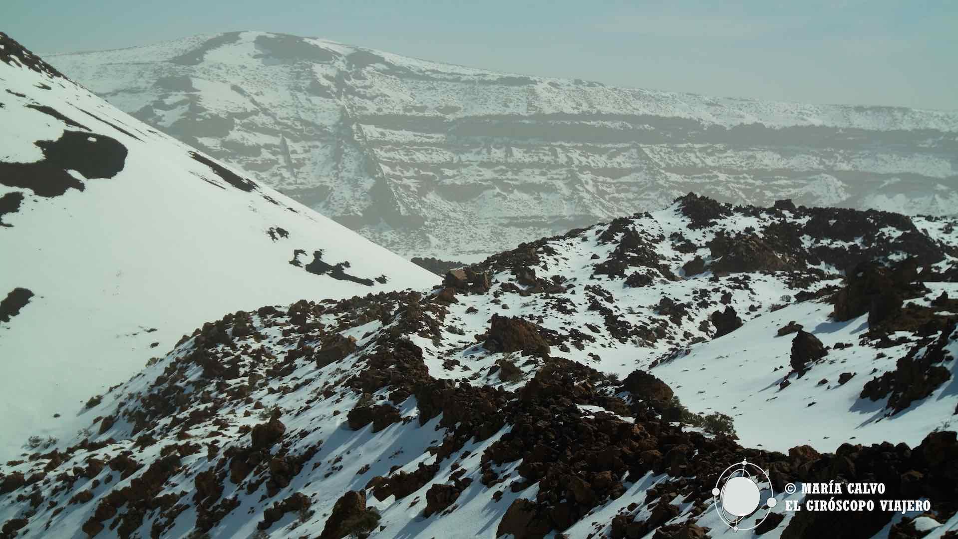 Paisaje volcánico con nieve para subir al Teide