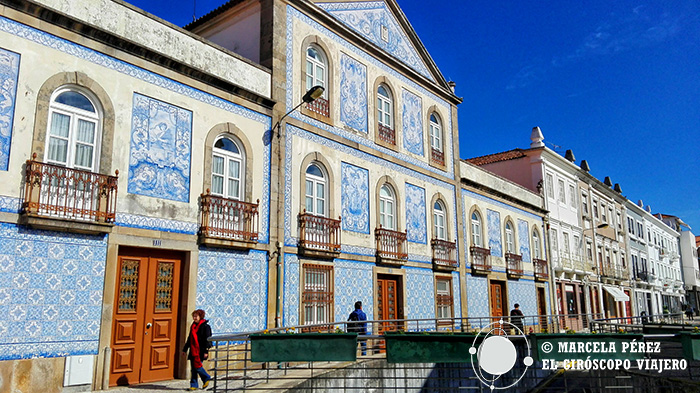 Edificios ataviados con la pintoresca cerámica portuguesa