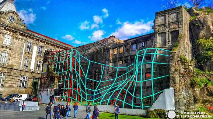Escultura modernista al lado de la Estación Sao Bento