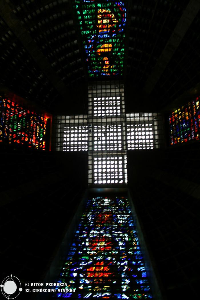 La cruz que actúa como claraboya y cúpula de la catedral
