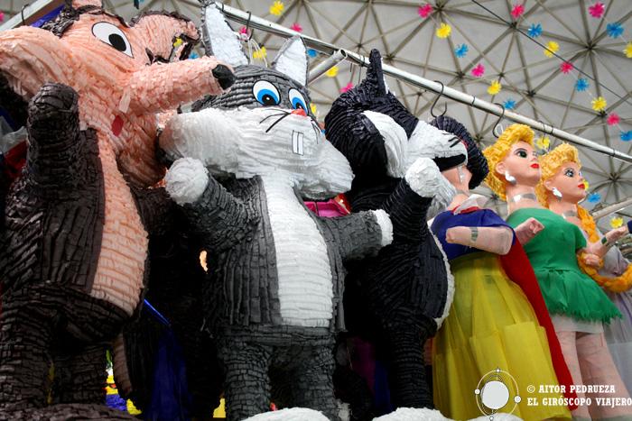 Piñatas de mil personajes en el mercado de la Bola