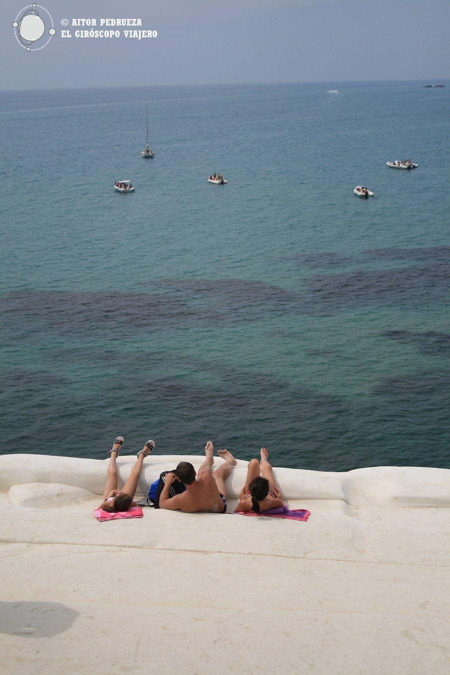 El Mediterráneo a nuestros pies. Tumbados en los huecos de la Scala dei Turchi