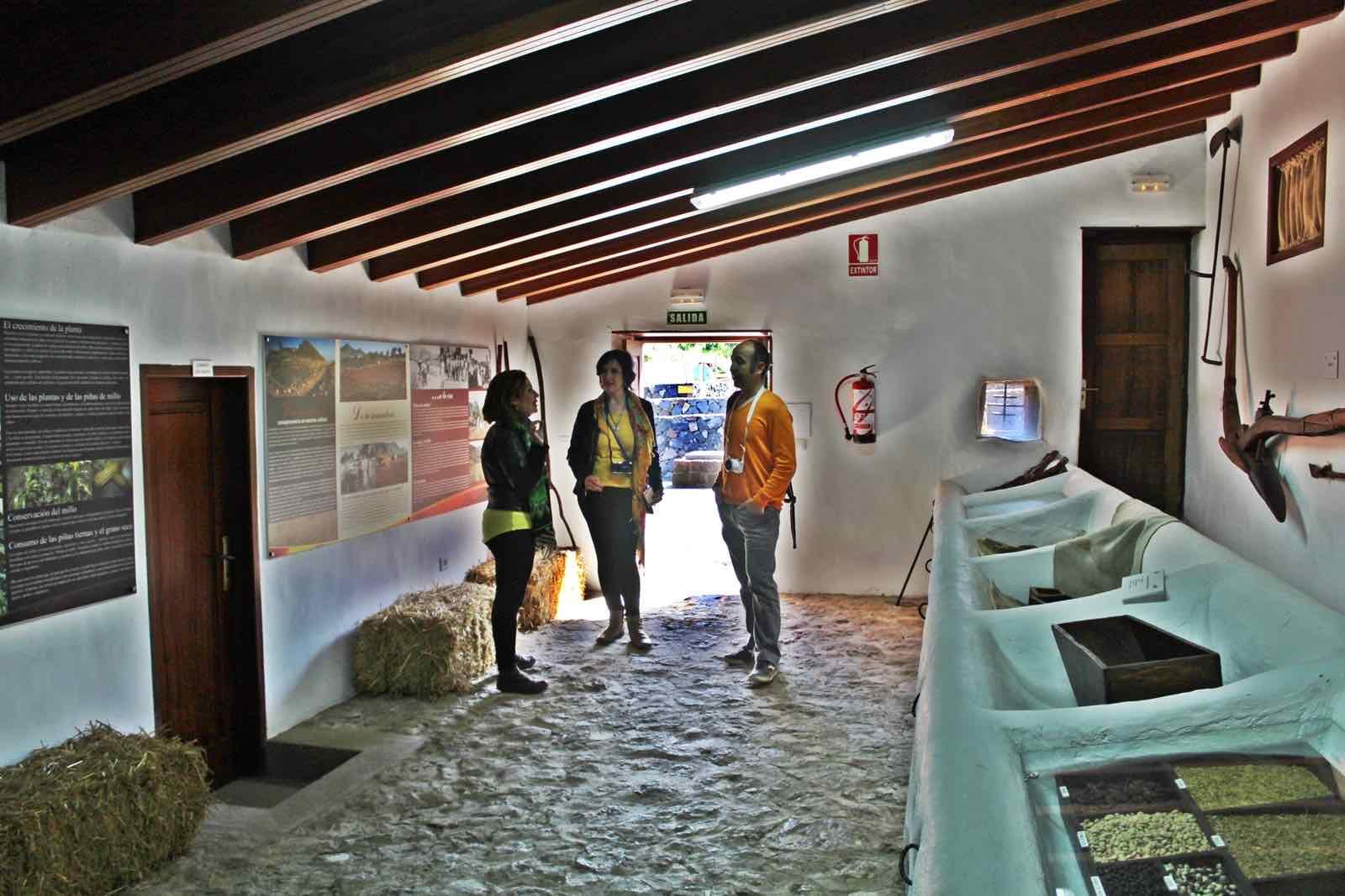 Con Pilar Galván en las cuadras de la Casa de los Zamorano. Foto de Alex Herrera