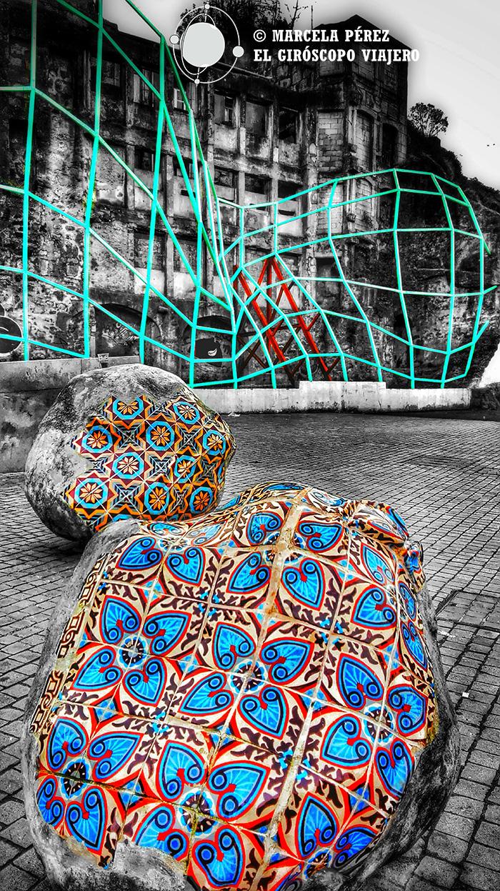 Piedras revestidas de cerámica a un costado de la Estación Sao Bento