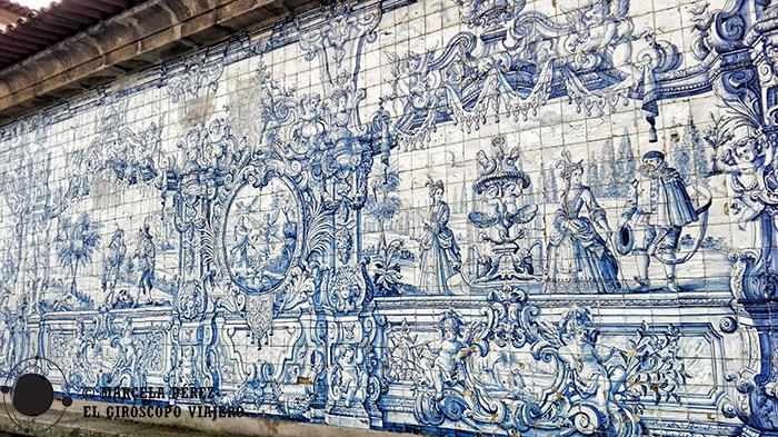 El claustro decorado con cientos de azulejos