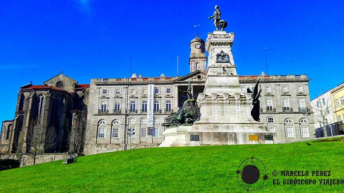 """El """"Jardim Dom Henrique"""", la Estatua del infante, el Palacio de la Bolsa y la cara trasera de la iglesia se aprecian en ésta postal"""