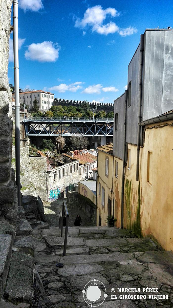 Vistas desde los vericuetos porteunses hacia la fortaleza