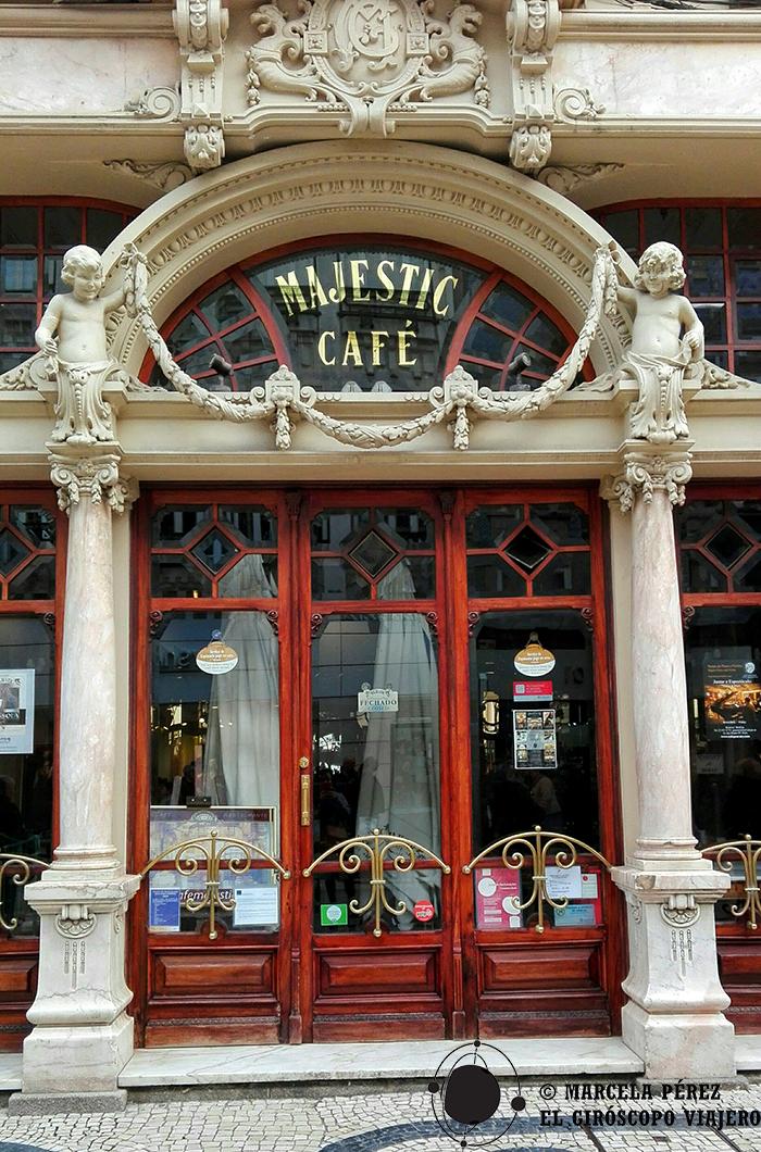 Elegante entrada del Majestic Café