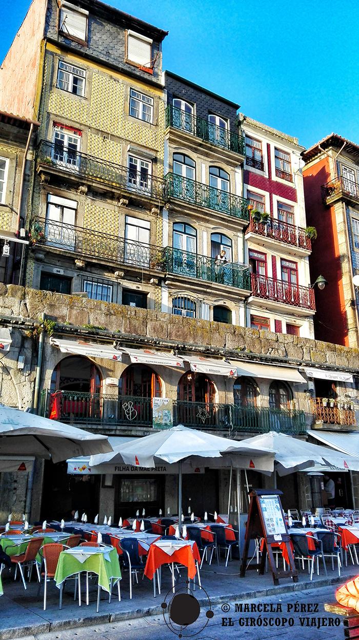 Contrastan los colores de las terrazas y las casas
