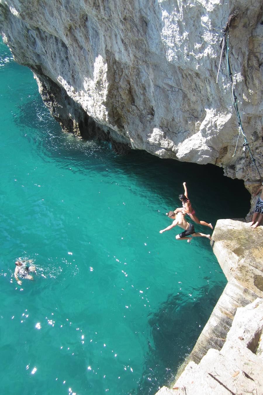 Chavales disfrutando de un baño en el Faro del Caballo, ¡aguas azul turquesa!