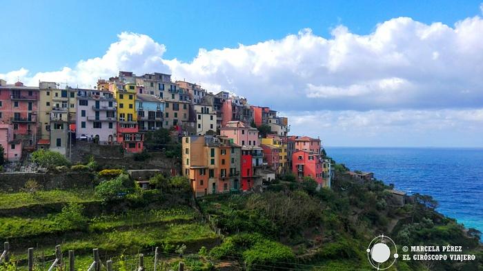 Corniglia engalardonando con su abanico de colores la montaña
