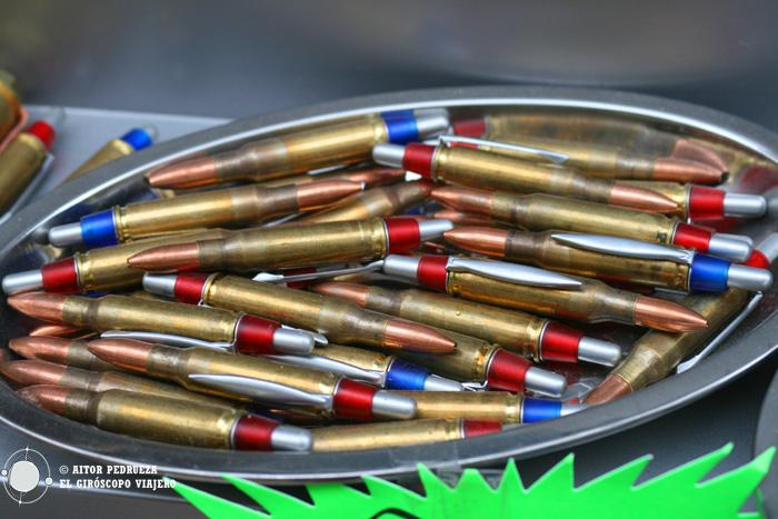 Souvenirs confeccionados a partir de casquillos de bala