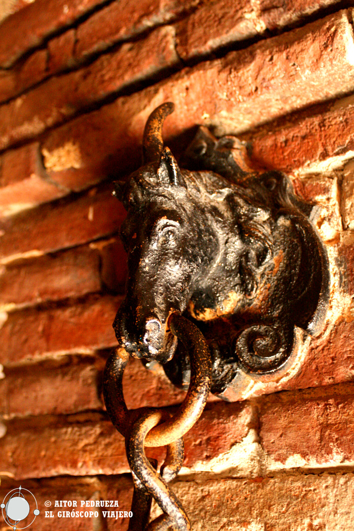 Anclaje para amarrar a los caballos en el sótano del Palau Güell