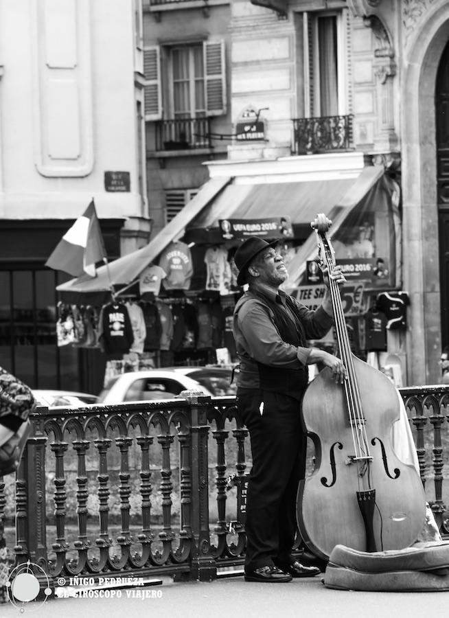 Cámaras y objetivos discretos con excelentes resultados. Jazzmen tocando en un puente parisino. ©Íñigo Pedrueza